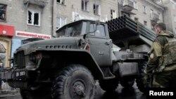 Проросійські сепаратисти біля системи залпового вогню «Град», архівне фото