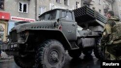Проросійські біля системи залпового вогню «Град», Донецьк, архівне фото