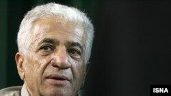 در شب فروش آثار ۶۰ هنرمند ایرانی در خانه «سادبی»، پرويز تناولی، هنرمند ايرانی، برای اولين بار جواهرهايش را به نمایش گذاشت. (عکس: ایسنا)