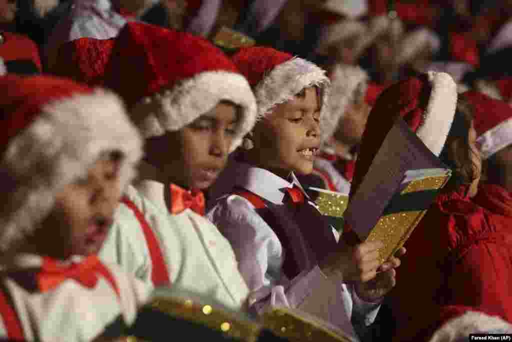 کودکان پاکستانی در کلیسای سن پاتریک در کراچی.