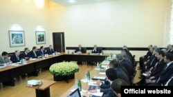 Armenia - President Serzh Sarkisian meets with the leadership of the State Revenue Committee, 27May2011.