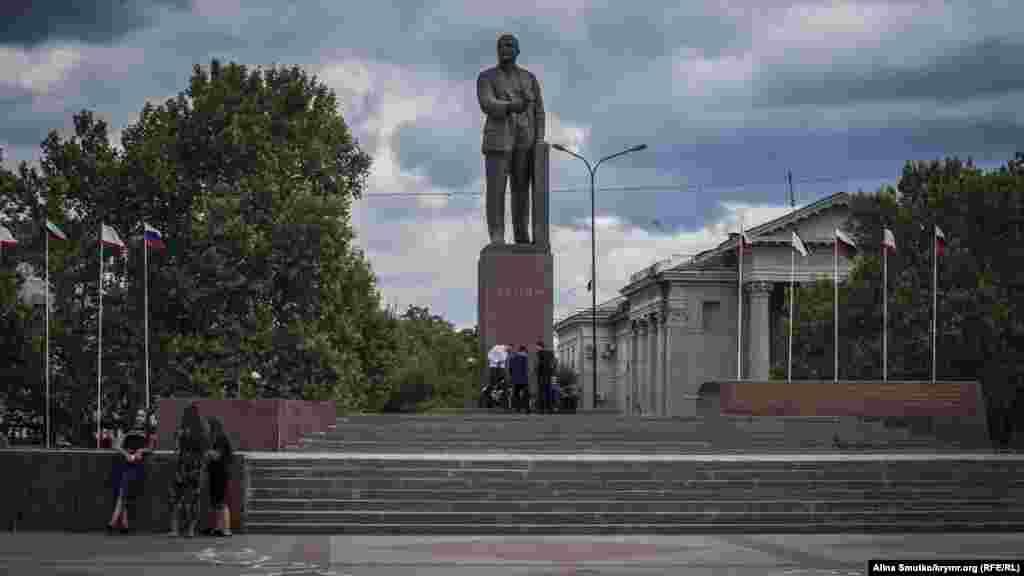 Памятник Ленину в центре одноименной симферопольской площади – не только один из наиболее известных ориентиров в городе, но и популярное место встречи молодежи.