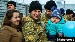 Військовослужбовець ЗСУ зі своєю родиною