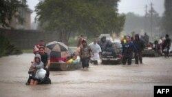 Эвакуация людей из районов подтопления, Хьюстон, США, 28 августа 2017