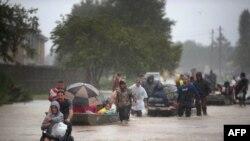 Pamje nga një operacion i shpëtimit në një lagje të vërshuar në Hjuston
