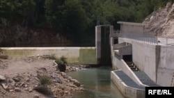 Male hidroelektrane grade u ruralnim područjima, nekad daleko od očiju i što lokalni stanovnici saznaju da se nešto dešava tek kad dođe prvi bager, kaže Porej
