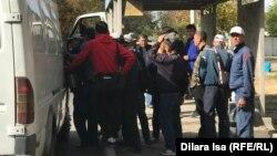 Стихийная «биржа труда» по улице Жансугурова в Шымкенте. 21 октября 2019 года.