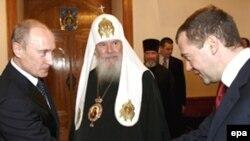 Второй вопрос - епископа Анадырского и Чукотского Диомида - связан с его открытыми письмами. В частности, он считает, что церковь не должна представлять нынешнюю российскую власть