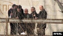 Мадамин Каратаев Бишкектеги өлүккананын жанында чогулган адамдар менен.