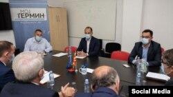 Министерот за здравство Венко Филипче и неговиот колега од Косово Арменд Земај со своите тимови на работна средба.