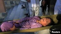 Девочка, раненая при землетрясении в Джалалабаде, Афганистан, 26 октября 2015 года
