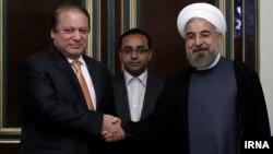 Nawaz Şarif Eýranyň prezidenti Hassan Rohani bilen görüşýär.