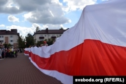 Protesters unfurl a banner in Babruysk on August 16.