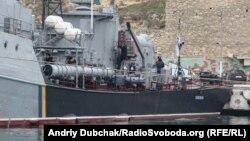 Корвет ВМС України Тернопіль (U209) у Севастопольській бухті, 30 грудня 2013 року. 20 березня 2014 року був захоплений російськими військами.