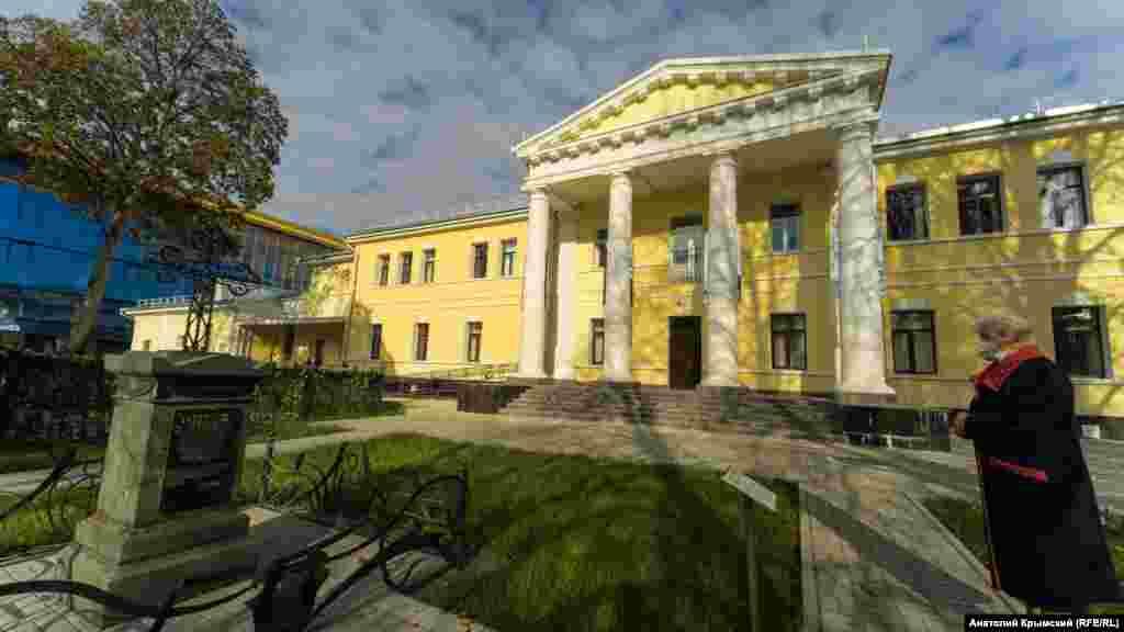 На заднем дворе колледжа. На переднем плане – могила губернского предводителя дворянства Александра Таранова-Белозерова. Согласно его завещанию, в 1826 году построили «странноприимный дом»