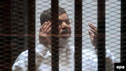 Ish-presidenti Muhammad Morsi në kafaz gjatë një seance gjyqësore