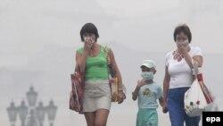 Россияне спасаются от смога при помощи марлевых масок