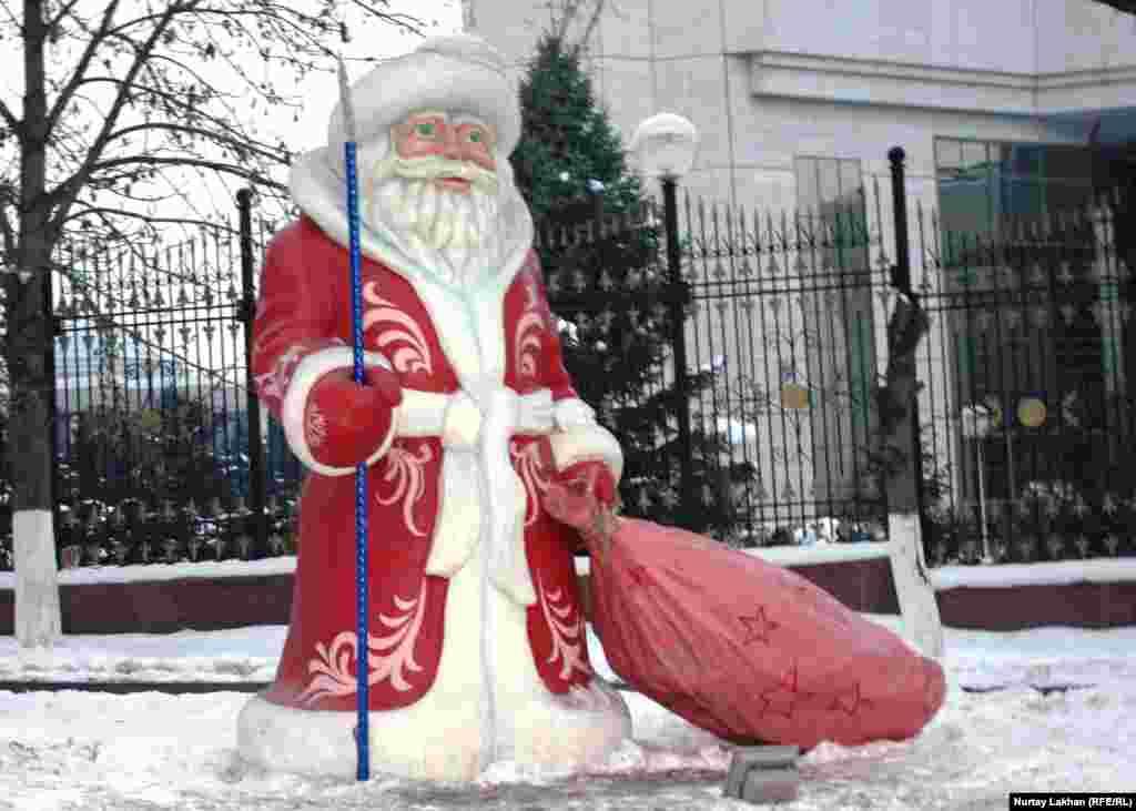 Фигура Деда Мороза у резиденции президента Казахстана.