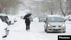 Armenia - A heavy snowfall in Yerevan, 30Mar2014.