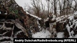 ВІйськовий ЗСУ йде окопами поблизу Красногорівки, Донецька область