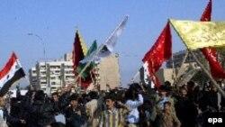 حدود 8 هزار نفر در نزدیکی مسجد امام علی در شهر نجف در 160 کیلومتری بغداد گرد آمدند و با بالا بردن پرچم عراق و عکس های عمار حکیم و پدرش عبدالعزیز حکیم اعتراض خود را به این دستگیری نشان دادند