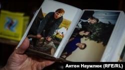 Зліва в сімейному альбомі фото Олексія Чирнія