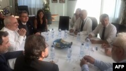 عکسی از دیدار روز یکشنبه وزیر خارجه ایران (نفر سوم از چپ) با امانوئل مکرون (نفر اول از راست) و ژان ایو لودریان (نفر دوم از راست).