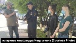 """""""Волонтёры Конституции"""" и полицейский в Благовещенске"""