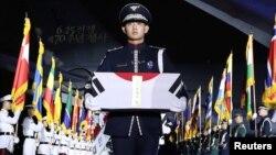مراسم یادبود قربانیان در پایگاه هوایی سئونگنام در کره جنوبی یکی از چند مراسم یادبود در روز پنجشنبه بود.