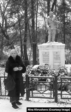 Ксения (сестра Нины Хрущевой) в Жиздре возле памятника, на котором написано имя Леонида, 2011