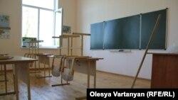 Ранее некоторые руководители городских и районных отделов образования, а также отдельные директора школ связывали получение аттестата об общем образовании с наличием у выпускника гражданства Республики Абхазия