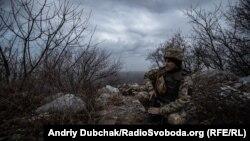 Український військовий на вершині одного з териконів у Донецькій області, 8 грудня 2019 року