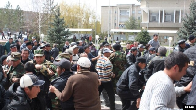 Protesters rally in Talas on April 6