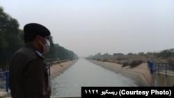 یو پولیس اقسر په ډېره اسماعیل خان کې د هغه نهر پر یوه پله ولاړ دی چې د ورا یوه ګاډی ورلوېدلی وو. ۲۰۲۰، ۱۱ نومبر