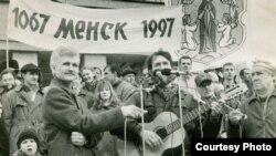 Алесь Бяляцкі на мітынгу, 1997 год