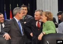 Președintele american George Bush, Președintele georgian Mihail Saakashvili, Secretarul general NATO de Hoop Scheffer și cancelara Germaniei Angela Merkel, summitul NATO, București 2008