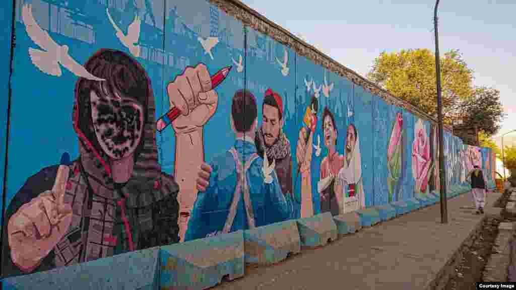 Një mural në Kabul, ku paraqitej një votuese afgane, është përdhosur me ngjyrë, për të mbuluar fytyrën e saj.