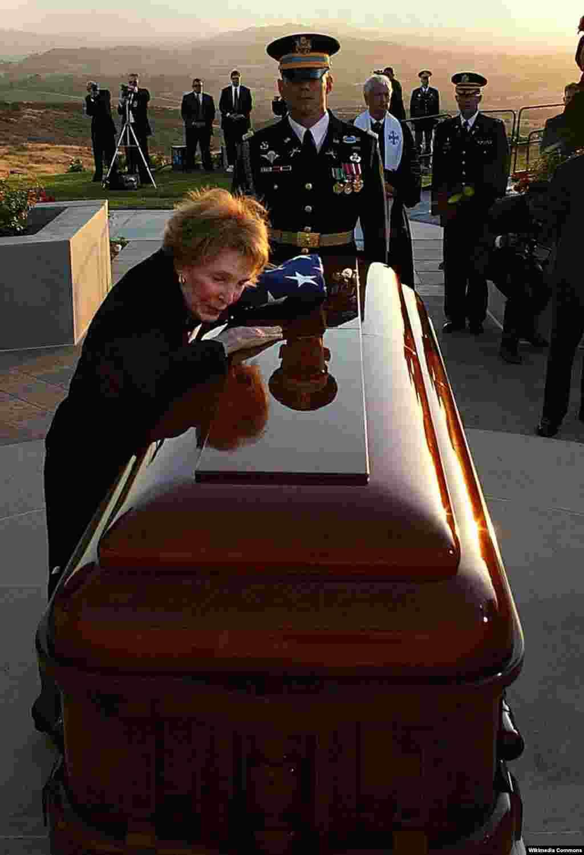 Прощание с Рональдом Рейганом продолжалось неделю. Последний поцелуй Нэнси Рейган, 11 июня 2004 года.