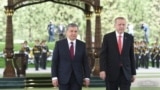 Özbegistanyň prezidenti Şawkat Mirziýoýew (ç) we Türkiýäniň prezidenti Rejep Taýyp Erdogan (s)
