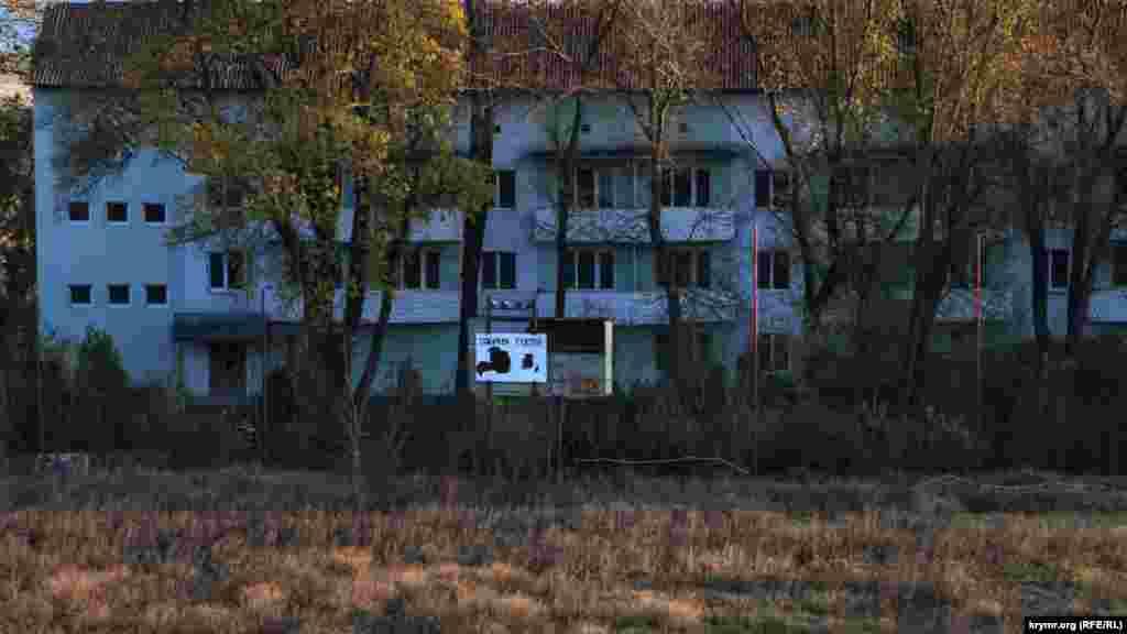Над водохранилищем расположена заброшенная спортивная база футбольного клуба «Таврия» (Симферополь) – первого чемпиона независимой Украины
