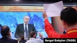 Rusiye prezidenti Vladimir Putin 2020 senensi dekabrniñ 17-nde olıp keçken matbuat konferentsiyası vaqtında