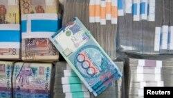 Банкноты тенге номиналом тысяча и 10 тысяч тенге. Иллюстративное фото.