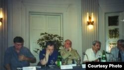 Božo Novak (drugi s desna) govori na zagrebačkoj promociji knjige autora ove kolumne zajedno - s lijeva - s Goranom Milićem, Zlatkom Dizdarevićem, Kemalom Kurspahićem i Stjepanom Mlovićem. Fotografija iz arhive autora