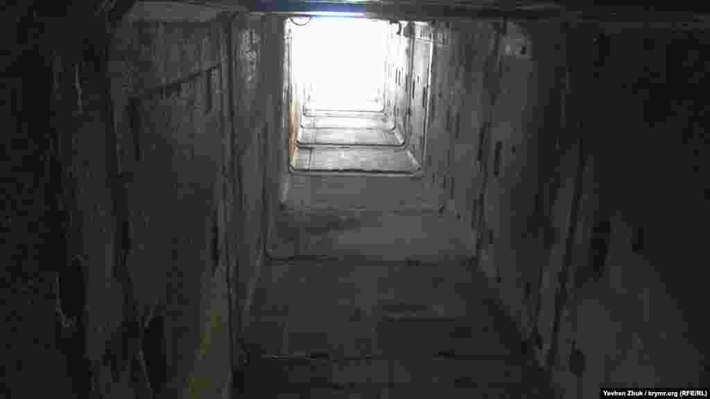 После распада СССР в 1990-е с объектов АЭС начали разворовывать черные и цветные металлы. И сегодня полы на многих этажах усыпаны обрывками оплетки электрокабелей. С 1995 по 1999 годы в машинном зале – турбинном отделении – проводились дискотеки фестиваля «Республика КаZантип»