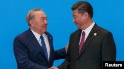 ҚХР Төрағасы Си Цзиньпин (оң жақта) Қазақстан Президенті Нұрсұлтан Назарбаевты қарсы алып тұр. Пекин, «Бір белдеу – бір жол» саммиті, 15 мамыр 2017 жыл. REUTERS суреті.
