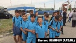 Юные футболисты из Узбекистана на КПП «Дустлик» на узбекско-кыргызской границе. Фото репортера «Озодлика» Шерзода Юсупова.