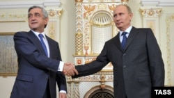 Russia -- Russia's president Vladimir Putin (R) and Armenia's president Serzh Sarkisian shake hands during a meeting at Novo-Ogaryovo residence, Moscow, September 3, 2013.