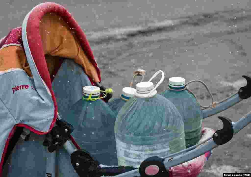 Чтобы довезти полдюжины бутылей от родника домой, крымчане для удобства решили использовать детские коляски
