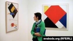 Перад «супрэмусам» Малевіча ў Музэі сучаснага мастацтва Стэдэлік у Амстэрдаме