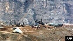 مروحية تابعة للجيش التركي تحوم في منطقة عسكرية في إقليم هاكاري